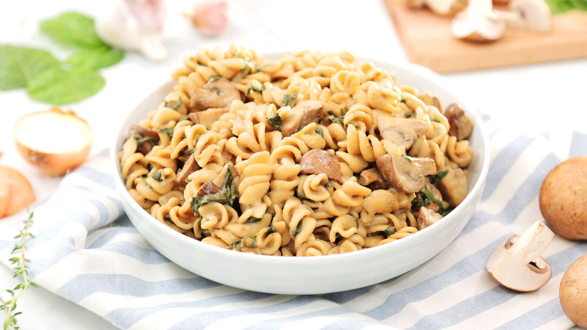 Creamy-Mushroom-Spinach-One-Pot-Pasta_16x9_The-Domestic-Geek